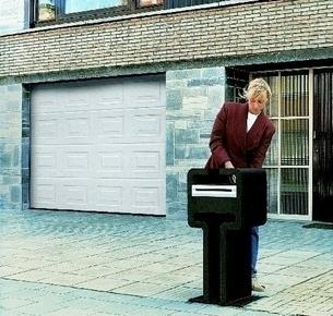 Porte de garage sectionnelle EUROPRO+ monobloc motorisée en acier galvanisé motif à cassette ép.42mm haut.2,125m larg.2,375m coloris blanc - Gedimat.fr