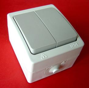 Interrupteur ou va et vient double série AKYA étanche 10A 220V coloris gris clair - Gedimat.fr