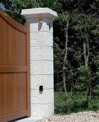 Elément de pilier pierre reconstituée CHEVERNY 38x38cm haut.25cm coloris champagne - Faîtière à emboîtement avec clip RESIDENCE coloris pierre de soleil - Gedimat.fr