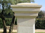 Couronnement de pilier MISTRAL en pierre reconstituée ép.9cm 40x40cm coloris Luberon - Porte d'entrée Aluminium XOEN avec isolation totale de 120mm droite poussant haut.2,00m larg.90cm laqué gris - Gedimat.fr