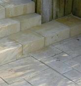 Marche TIVOLI en pierre reconstituée d'aspect vieille pierre ép.15cm 45x35cm coloris Languedoc - Store d'occultation avec store plissé prémonté bleu DFD CK02 0001S - Gedimat.fr