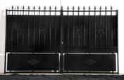 Portail battant SAVIGNY en fer haut.1,85m larg.entre piliers 3,06m avec feston non monté - Volet battant lames verticales renforcées URDA bois (sapin) ép.27mm 2 vantaux B3 - haut.2,15m larg.1,40m - Gedimat.fr
