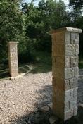 Piliers en pierre reconstituée BRIDOIRE larg.35cm long.167cm coloris pierre - Meuble de cuisine AGATHA bas 2 portes haut.70cm larg.80cm + pieds réglables de 12 à 19cm - Gedimat.fr