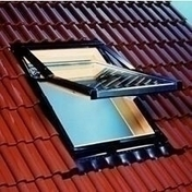 Fenêtre de toit bois ROTO à ouverture top pivotante DESIGNO R7 haut.118cm larg.78cm - Porte d'entrée CEDOUSA avec isolation totale de 100 mm en acier gauche poussant haut.2,15m larg.90cm laqué gris - Gedimat.fr