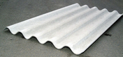 Plaque ondulée fibre-ciment 5 ondes avec feuillard de retenue long.1,52m larg.0,918m teinte naturelle - Volet battant PVC ép.24mm blanc 1 vantail gauche haut.1,15m larg.80cm - Gedimat.fr