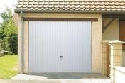 Porte de garage basculante tablier métallique nervuré avec rail et débord haut.2,125m larg.2,375m - Porte de garage basculante 121 métallique haut.2,125m larg.2,375m coloris blanc RAL9016 - Gedimat.fr