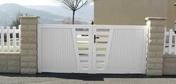 Portail battant AYDAT en PVC haut.1,30m larg.entre piliers 3,56m blanc - Escalier droit en hêtre lamellé collé avec rampe à lisses inox, adaptable en hauteur de 2,68 à 2,76 m par recoupe de la 1ère marche - Gedimat.fr