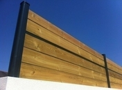 Poteau aluminium pour clôture en composite dim.7x7cm long.2,30m gris texturé - Tablette mélaminée 2 chants pré-percée ép.18mm larg.60cm long.2,50m Blanc givré - Gedimat.fr