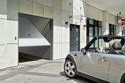 Porte de garage basculante 121 métallique haut.2,00m long.2,375m coloris blanc RAL9016 - Panneau de Particule Surfacé Mélaminé (PPSM) ép.8mm larg.2,07m long.2,80m Frêne du Japon finition Velours Bois poncé - Gedimat.fr