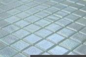 Emaux de verre de 2,5x2,5cm antidérapant OPALO sur trame de 31,1x31,1cm coloris blanco - Sol vinyle à cliquer ID INSPIRATION CLICK55 lames ép.4.5mm larg.250mm long.1500mm Contempory grege - Gedimat.fr