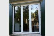Porte fenêtre PVC blanc VISION 3 vantaux ouverture à lafrançaise grand vitrage haut.2,15m larg.1,80m à serrure - Châssis à galandage standard simple à amortisseurs hydrauliques de fermetrue et d'ouverture avec sabot de fixation universel fourni pour une porte 204x83 cm - Gedimat.fr