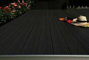 Lame de terrasse Composite co-extrudée ENDURO bi-face ép.21mm larg.150mm long.3.90m. Aspect veiné 1 face Coloris teck 1 face Coloris gris. 2 faces structurées - Terrasses en bois - Aménagements extérieurs - GEDIMAT